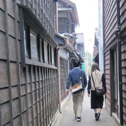朝市通りより板塀の路地へ入る入口